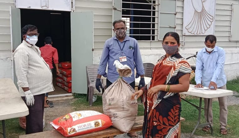 People receiving donated food during COVID outbreak in India